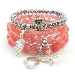 Zestaw bransoletek z kamieniami kwarcu wiśniowego, srebrnymi kryształkami i charmsami.