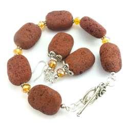 Zestaw biżuterii z kamieni czekoladowej lawy wulkanicznej i miodowych kryształków.