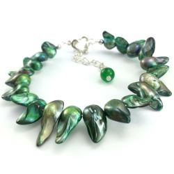 Zielona bransoletka z kłów perły słodkowodnej ze srebrnymi dodatkami.