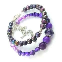 Fioletowe bransoletki z perłami słodkowodnymi w dwóch odcieniach.