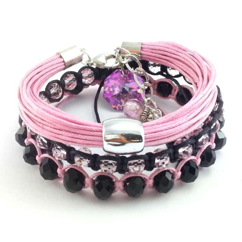 Komplet bransoletek w pudrowym różu z kryształkami szklanymi i bawełnianym sznurkiem.