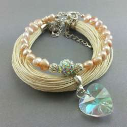 Komplet bransoletek damskich na przędzy lnianej z perłami naturalnymi i kryształowym sercem.