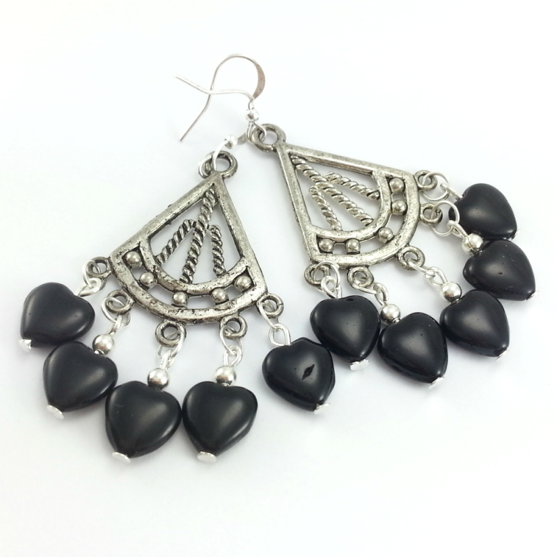 Srebrno czarne kolczyki ze szklanymi serduszkami i ażurowymi blaszkami.