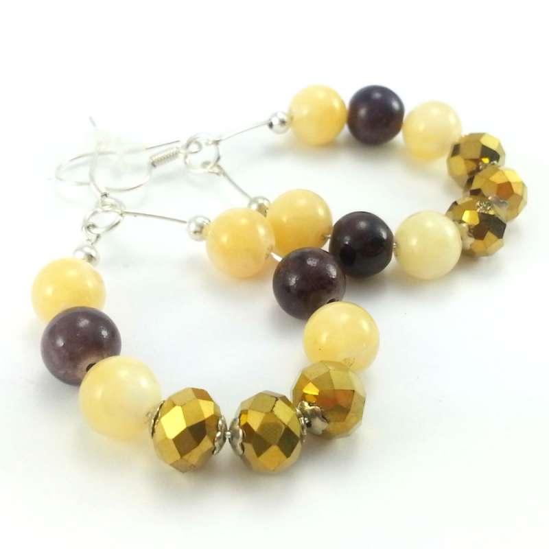 Kolczyki z żółtym i brązowym marmurem oraz złotymi kryształkami w kole.