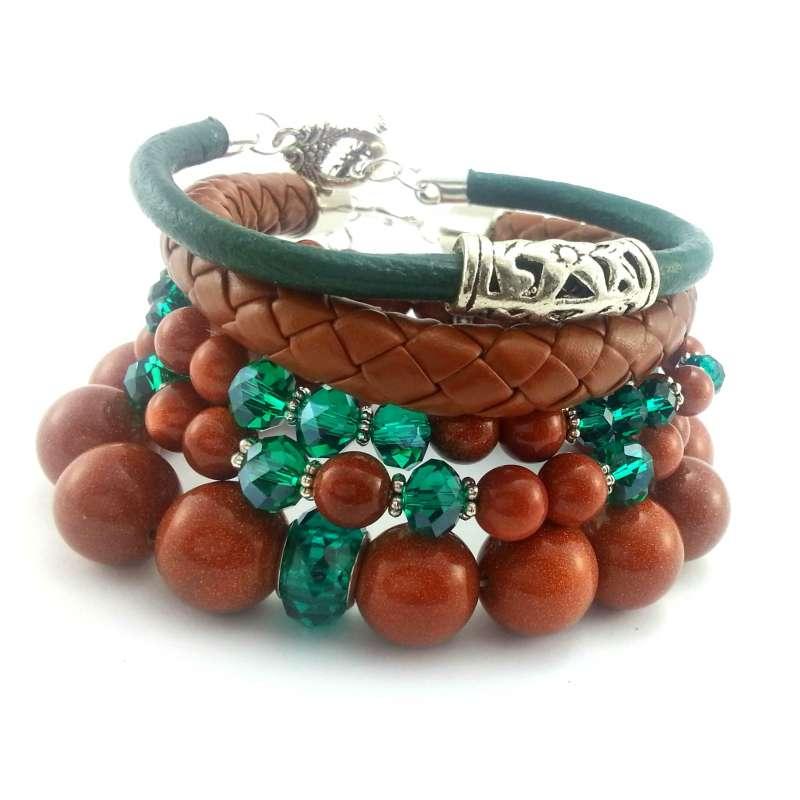 Komplet bransoletek z kamieni piasku, szmaragdowymi kryształkami i skórą.