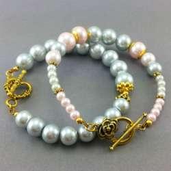 Bransoletki perły w pudrowym różu  i szarości.