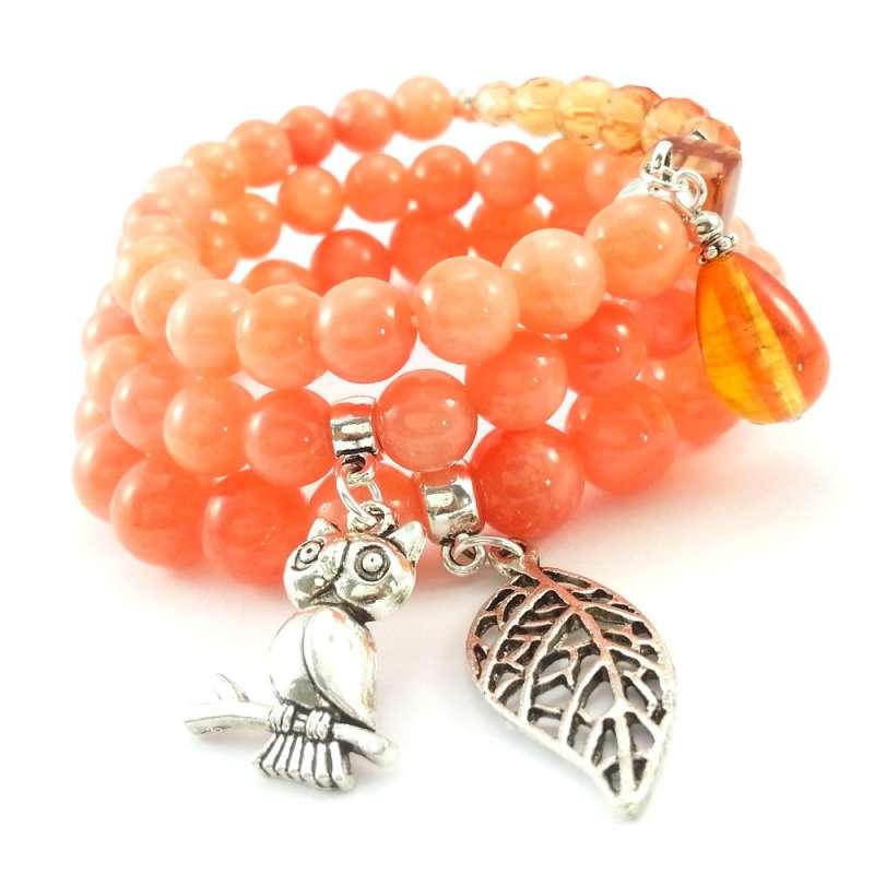 Komplet pomarańczowych bransoletek z kamieni marmuru z zawieszkami charms sową i liściem oraz kryształkami.