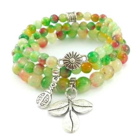 Bransoletka z kamieni jadeitu z liściem, kwiatem i biedronką.