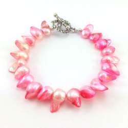 Bransoletka z różową perłą hodowlaną i zapięciem w kształcie serca.