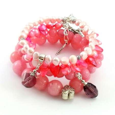 Różowy zestaw bransoletek z pereł naturalnych, kamieni jadeitu, kryształków w odcieniach różu.