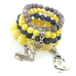 Zestaw bransoletek z kamieniami jadeitu i marmuru w odcieniu żółto szarym z charmsami.