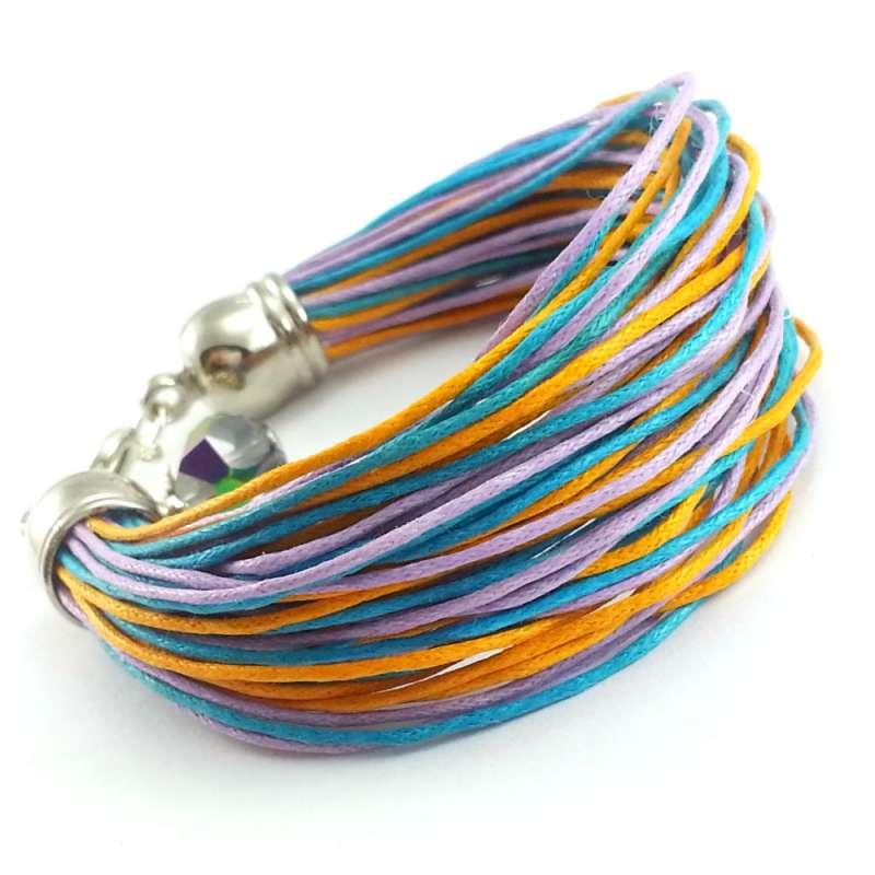 Kolorowa bransoletka z bawełnianych sznurków.
