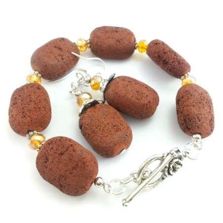Komplet biżuterii z brązowa lawą wulkaniczną i miodowymi kryształkami.
