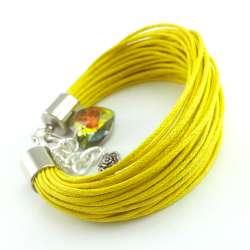 Żółta bransoletka ze sznurków z kryształowym sercem i różą.