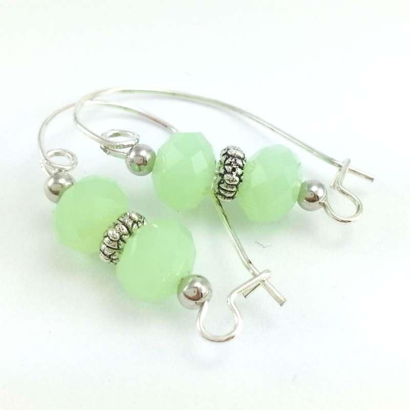 Jasno zielone kolczyki w odcieniu pastelowym z kryształkami szklanymi oponkami na dużych biglach.