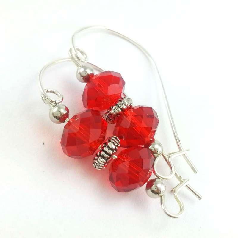 Czerwone kolczyki z kryształkami szklanymi oponkami na dużych biglach.