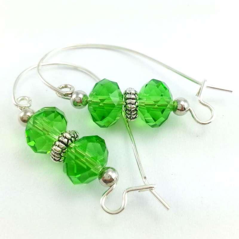 Kolczyki z zielonych, szlifowanych, szklanych oponkach na dużych biglach.