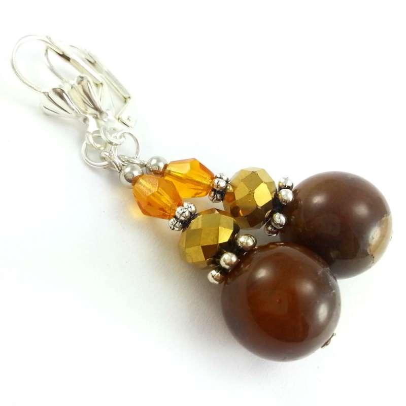 Kolczyki z kamieniami brązowego agatu ze złotymi i miodowymi kryształkami.