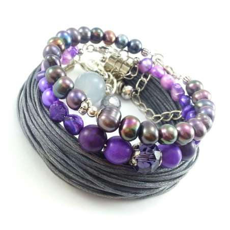 Komplet fioletowych bransoletek z perłami słodkowodnymi i szarą sznurkową bransoletką.