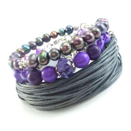 Komplet biżuterii damskiej z fioletowymi, naturalnymi perłami, i szarym bawełnianym sznurkiem.