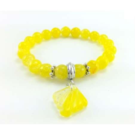 Bransoletka z żółtych szklanych koralików z przywieszką w kształcie muszelki.