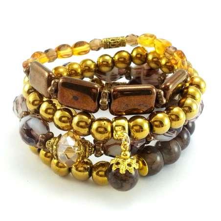 Zestaw złoto brązowych bransoletek z kamieniami hematytu i kryształkami.