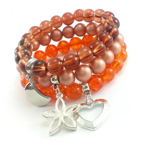 Rudo pomarańczowo bezowe bransoletki z charmsami.