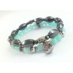 Bransoletki z miętowym jadeitem, srebrnymi kryształkami, hematytem i charmsem w kształcie muszli z perłą.