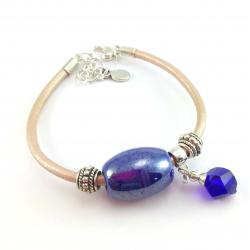 Beżowa bransoletka na rzemieniu ze skóry naturalnej z niebieską ceramiką i kryształkiem.